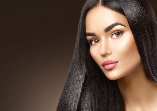 Henna je prírodné farbivo, ktoré je primárne určené na zafarbenie kože. Vydrží na obočí a pokožke naozaj dlho. Vhodné na chýbajúce obočie.